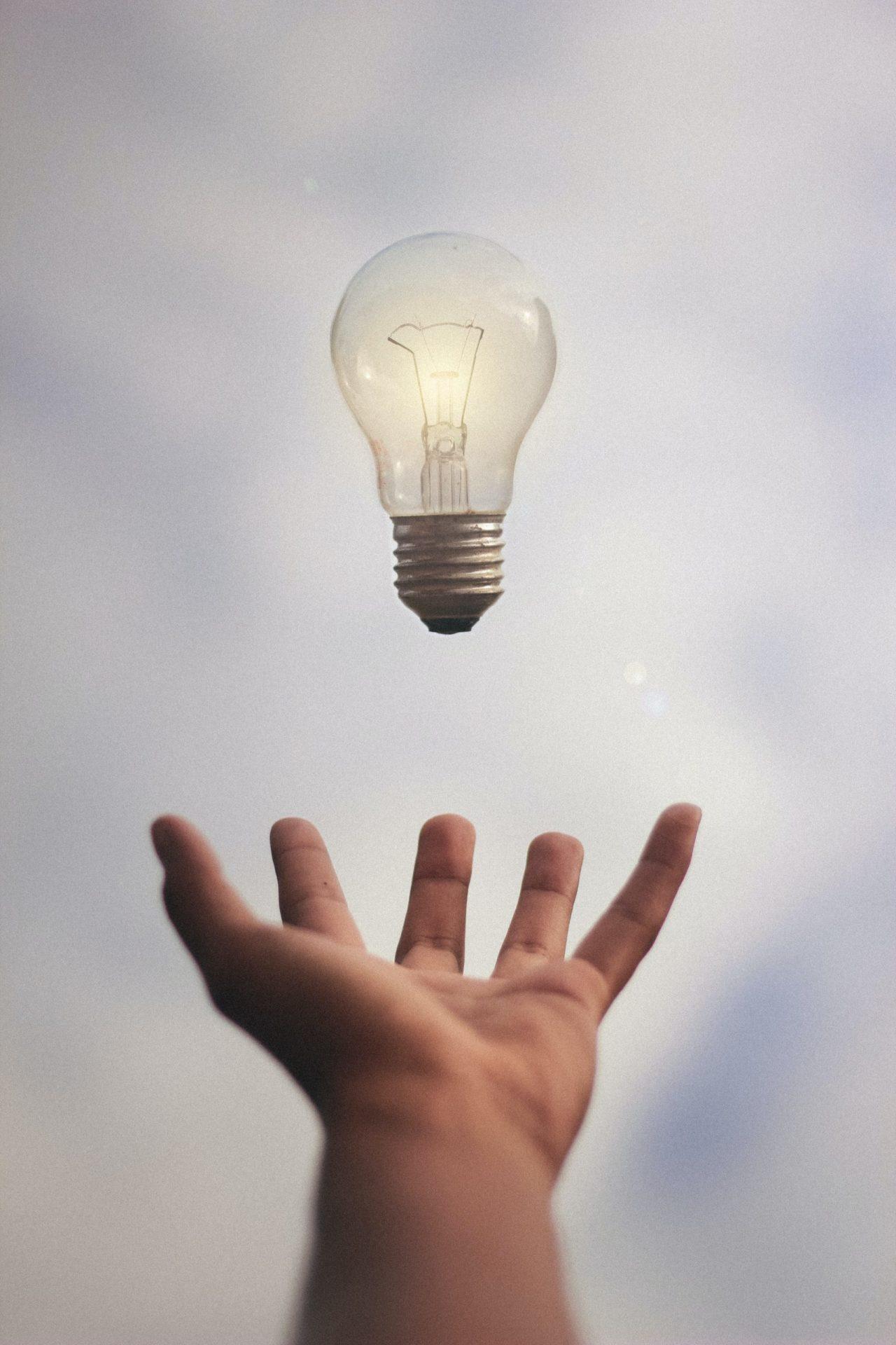 žiarovka s rukou